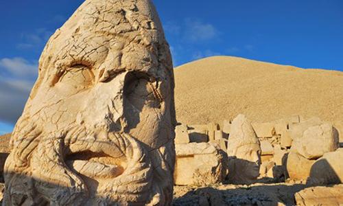 Những bức tượng đầu đá khổng lồ