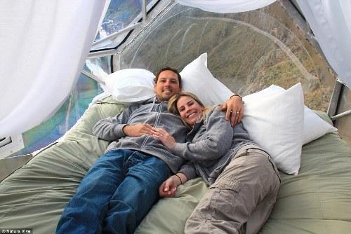 Phòng nghỉ con nhộng cheo leo trên vách núi cao hơn 120 m