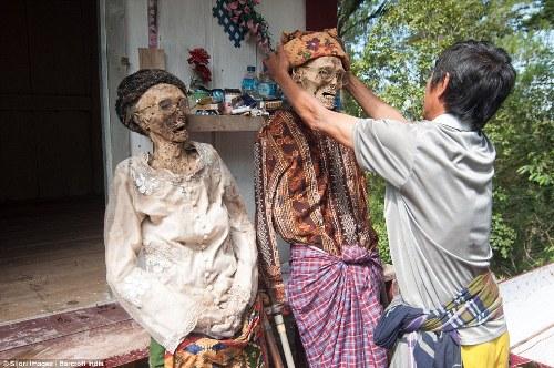 Tục lệ mặc áo mới cho người chết ở indonesia