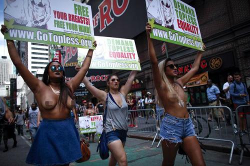 Hàng trăm phụ nữ thả rông ngực ở new york