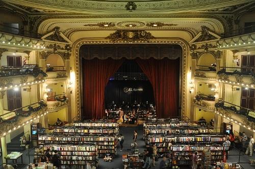 Hiệu sách lộng lẫy trong rạp hát