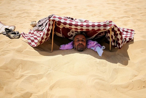 Tắm cát trần - mẹo chữa bất lực của du khách ở ai cập