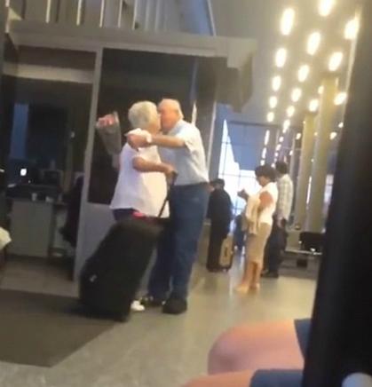 Cụ ông gây bất ngờ cho vợ khi đến đón tại sân bay