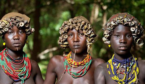 Thời trang tái chế ấn tượng của bộ lạc ở ethiopia