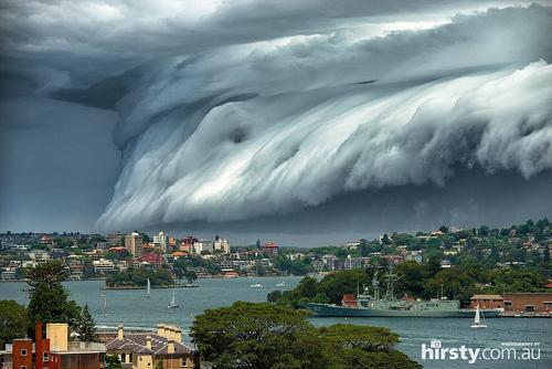 sóng thần kéo về trên bầu trời sydney