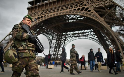 Tháp eiffel bảo tàng louvre đóng cửa sau khủng bố paris