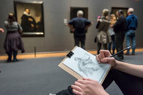Bảo tàng muốn du khách để máy ảnh điện thoại ở nhà