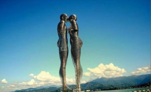 Chuyện tình nồng cháy đằng sau bức tượng biết đi ở gruzia