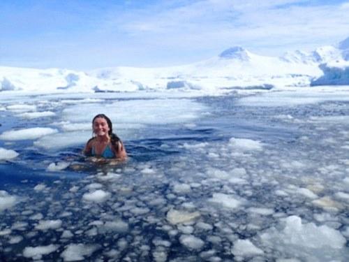 Cô gái làm việc ở nam cực phải tắm trong băng