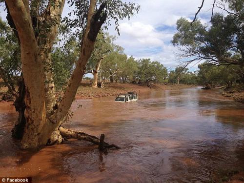 Du khách trung quốc liều mình lái xe qua dòng nước lũ