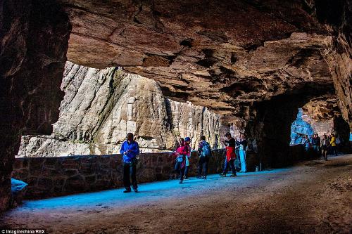 Đường hầm khoét núi bằng tay nguy hiểm nhất thế giới