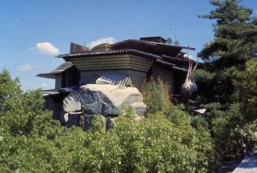 Bộ sưu tập rợn người ở ngôi nhà trên đá tại mỹ