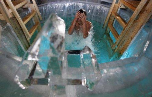 Hàng nghìn người tắm trong hố băng để rửa tội ở nga