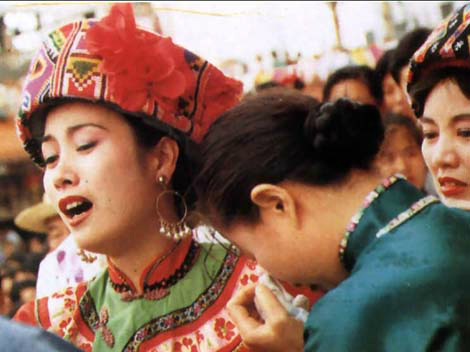 Nghi lễ cô dâu khóc liên tục một tháng trước khi về nhà chồng