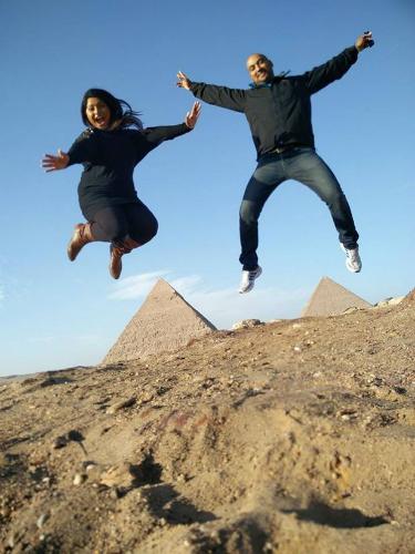 Nữ du khách độc hành mời tài xế taxi cùng ghé thăm kim tự tháp