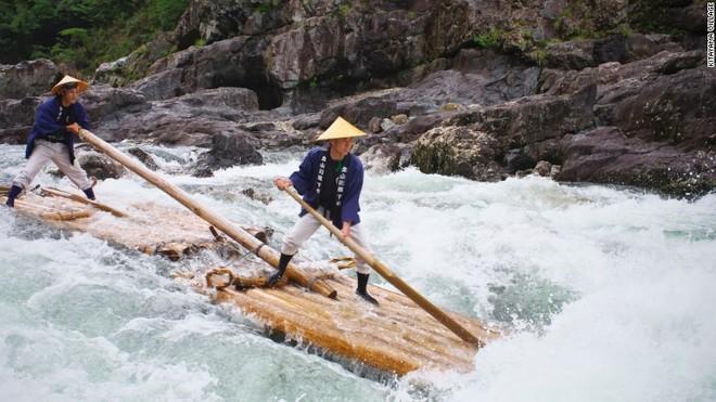 Bè gỗ vượt xoáy nước kích thích cảm giác mạnh ở nhật bản