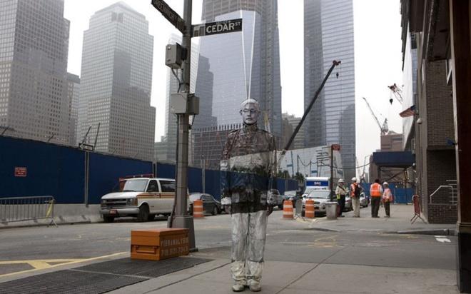 Người đàn ông tàng hình đi khắp nơi trên thế giới