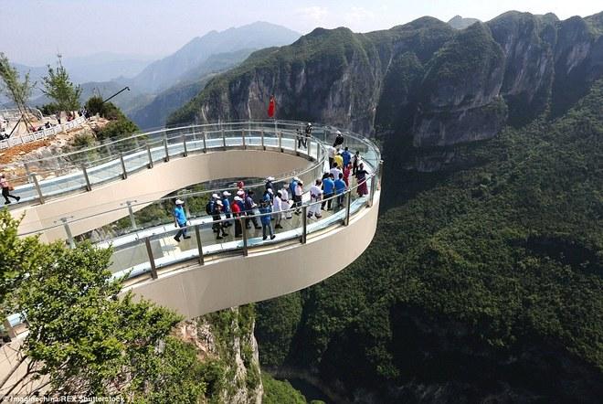 Những cây cầu kính khiến du khách tim đập chân run ở trung quốc