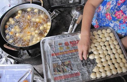 Bánh rán bi 1000 đồng hút khách hơn 15 năm